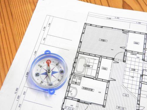 方位磁針と建築図面